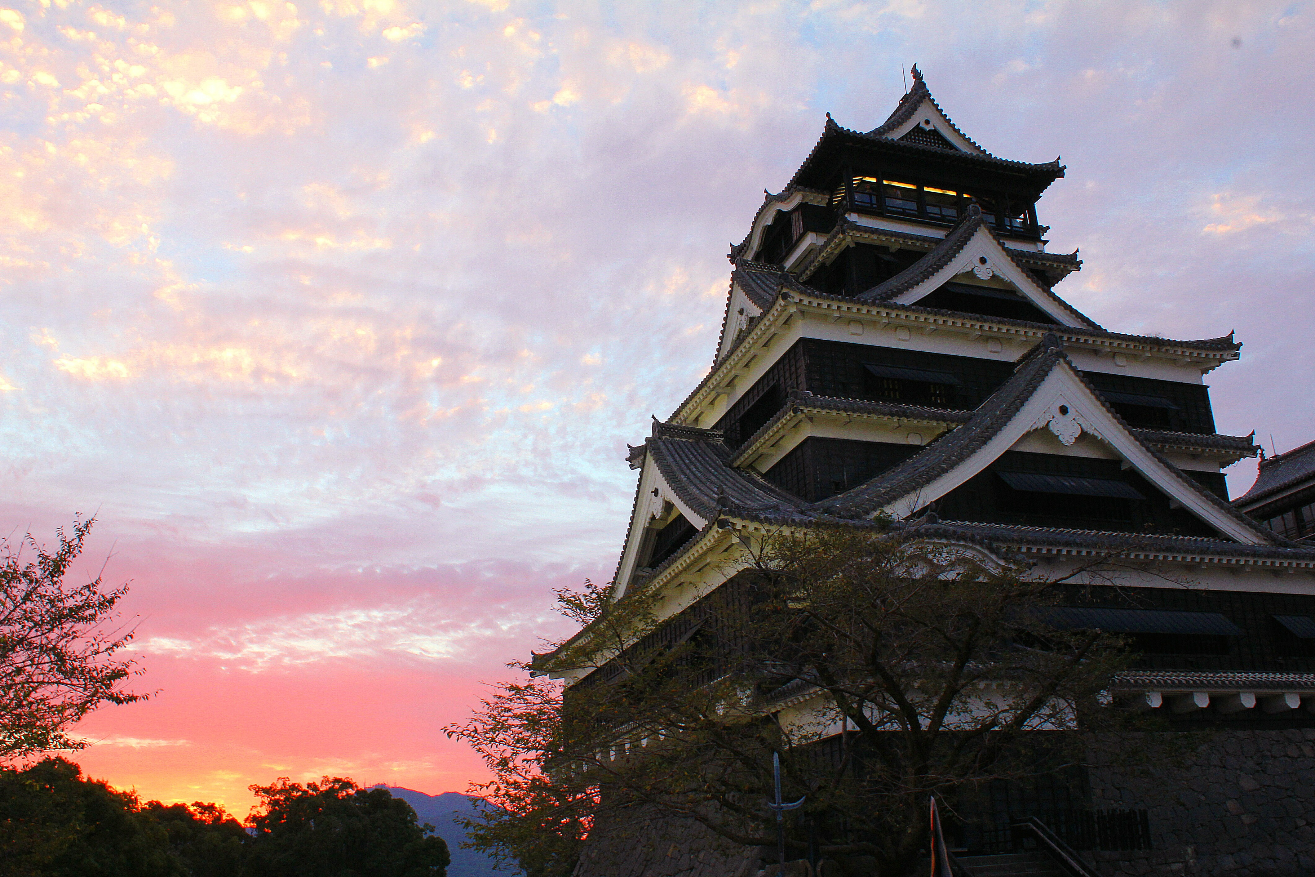 No36 熊本城、夕焼けを背に